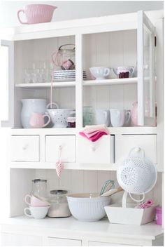 Many people when coming up with a shabby chic home appear to find trouble when it comes time to be seen your home. Kitchens are one of the spaces whic. Cocina Shabby Chic, Shabby Chic Theme, Shabby Chic Kitchen, Country Kitchen, New Kitchen, Kitchen Decor, Kitchen White, Minty House, Pastel Kitchen