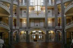 Edifice à quatre étages, jadis avec une longueur de 220 m le deuxième bâtiment de Berlin après le château, en 1968 dramatiquement décimé afin d'élargir la Grunerstraße. Jusqu'en 1990 siège du tribunal le plus haut de la RDA, aujourd'hui Land- und Amtsgericht Mitte (tribunal d'instance et de grande instance du quartier Mitte).