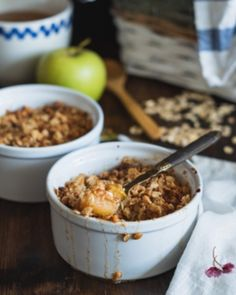 The tangy sweetness of apples and the warm, spicy crunch of homemade oat crumble is as classic a combination as any. Now, we've added a nutritional boost to this winning dessert without compromising on flavour. Our secret? Hemp! Crumble Pomme Caramel, Cinnamon Crumble, Caramel Apples, Apple Cinnamon, Cinnamon Oatmeal, Ground Cinnamon, Apple Oatmeal, Apple Crisp, Healthy Oatmeal Recipes