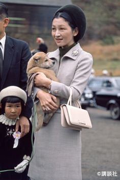 Every day, Michiko Daisuke is hugging Akita dog with coordination of Moss green × gray. Japanese History, Japanese Beauty, Japanese Culture, Imperial Fashion, Royal Fashion, Japanese Mythology, Akita Dog, The Empress, Royal Weddings