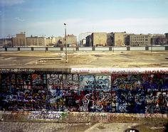 BERLIN bis 1989, Blick von West-Berlin auf die Mauer, den Todesstreifen nach Ost-Berlin/ DDR - The Berlin Wall.