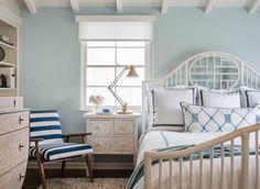 Интерьер спальной в светло-голубом цвете с интересным полосатым креслом, смотрится очень красиво и просто.