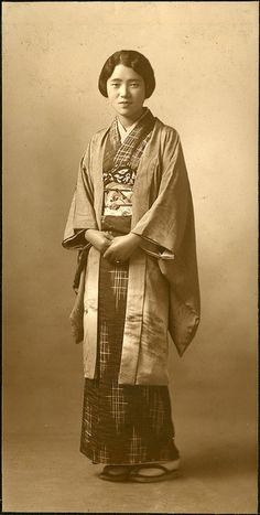 Woman, Japan, Original pinner writes: Images of women wearing haori (kimono short jacket) over their kimono are quite rare. Japanese Textiles, Japanese Kimono, Vintage Photographs, Vintage Photos, Kimono Design, Julia Roberts, Japanese Outfits, Japanese Culture, Japanese History