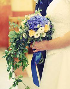 Cigales et Petits Fours: mariage à Aix en Provence de J&O - bouquet de mariée retombant - mariage en bleu - hortensia eucalyptus passiflore