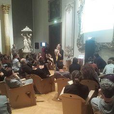 Museomix, c'est faire une pause sur des fauteuils en carton (ou des pneus en 2012)... dans un musée relax #OpenMuseums