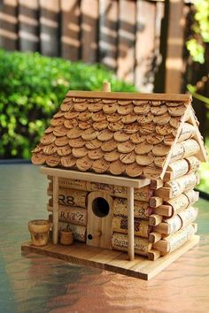 Vogelhuisje Wine Cork Birdhouse- I am always on the lookout for new wine cork projects. I seem to have an endless supply on hand!) It would be great for my step-mom who collects birdhouses. Wine Craft, Wine Cork Crafts, Wine Bottle Crafts, Wine Cork Projects, Craft Projects, Wine Cork Birdhouse, Wine Cork Art, Wine Bottle Corks, Arts And Crafts