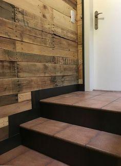 En este trabajo realizamos tres revestimientos de paredes, uno de ellos en la entrada (recibidor) forramos la pared de entrada y realizamos tres módulos para bicis brompton con el otro lateral de pared revestida con persiana metálica, y dos paredes de tramo de escalera con madera de Palet y zócalo en hierro ingletado en escalera, con contrahuellas en hierro...lateral en cocina para forrar murete con chapa de hierro oxidada y cantonera...