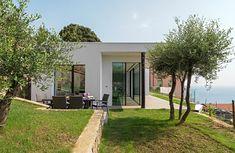 Qui puoi trovare foto di idee di design d'interni. Lasciati ispirare! Case, Sidewalk, Villa, Plants, Side Walkway, Walkway, Plant, Fork, Villas