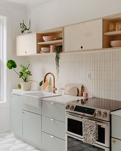 49 creative small apartment kitchen design and organization ideas 46 Kitchen Dining, Kitchen Decor, Kitchen Ideas, Kitchen Tile, Studio Kitchen, Wallpaper Backsplash Kitchen, One Wall Kitchen, Plywood Kitchen, Backsplash Ideas
