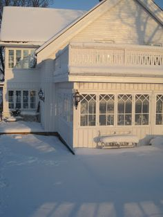 V i t a d r ö m m a r & b u s i g a b a r n - great idea for victorian project Swedish Interiors, Dutch Colonial, Swedish House, Barbie Dream House, Beach Cottage Decor, White Cottage, Swedish Design, Scandinavian Living, House Extensions