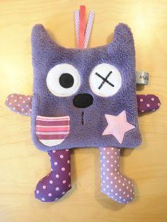 Doudou chat plat violet et rose - peluche - création fait-main : Jeux, peluches, doudous par melomelie