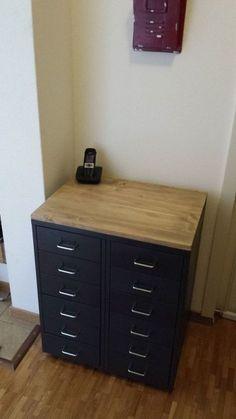 Meuble industriel avec caissons HELMER - add wood top to ikea helmer Ikea Furniture, Industrial Furniture, Furniture Making, Furniture Design, Tv Ikea, Ikea Desk, Ikea Makeover, Furniture Makeover, Tv Wand