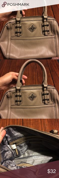 Simply Vera Vera Wang tan purse Great condition Simply Vera Vera Wang purse! Almost in mint condition. The inside is completely clean! Tan color on the outside and gray on the inside. If you have any questions just let me know! I am always up for a good offer! Simply Vera Vera Wang Bags Shoulder Bags