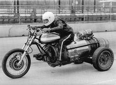 Oto Wariat Michigan na jego jet trójkołowca.  Sprzedał go Evel Knieval po rynna zawiodły i musiał zeskoczyć.  Ale jest jeszcze bardziej interesująca historia dołączony do tego: Zbudował trike z Fairchild J-44 silnika odrzutowego, interesująca ...