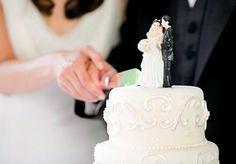 Você sabia que além de representar um lindo momento entre o casal, o bolo de casamento também ajuda a marcar alguns pontos altos da festa? www.noivinhostopodebolo.com