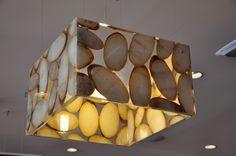 Inserendo in resina artistica oggetti di provenienza vegetale è possibile realizzare elementi di interior design dal fascino innegabile. In questo caso si tratta di fette della radice di agave.