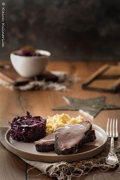 Hausgemachter Sauerbraten mit Apfelrotkohl und Spätzle - ein absolutes Gedicht und perfekt als Hauptgang eines Weihnachtsmenüs