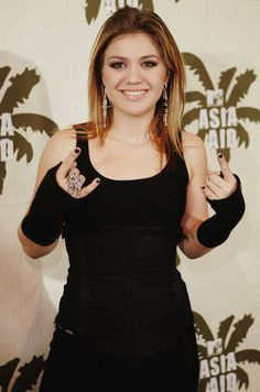 These arm warmers, chandelier earrings and black nail polish. 33 Kelly Clarkson Outfits That Perfectly Sum Up The Early Popped Collar, 2000s Fashion, Steampunk Fashion, Gothic Fashion, Gothic Lolita, Victorian Gothic, Gothic Girls, Embellished Jeans, Kelly Clarkson