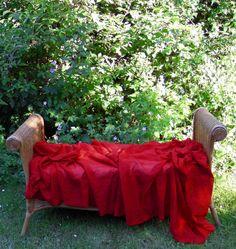 Un drapé rouge sur un banc