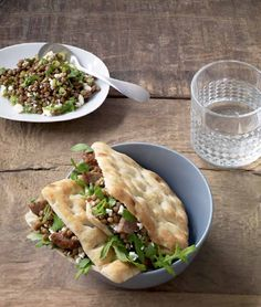 Panino alla carne macinata e salsa di feta - Per un pranzo veloce e nutriente servono solamente due fette di pane e un ripieno sorprendente. - Ingredienti: 16 polpette di carne KÖTTBULLAR (surgelate) - 4 fette di pane di frumento svedese BRÖD MJUKKAKA (surgelate) - 1 barattolo (± 300 g) di lenticchie - 2 cipolline fresche - 10 g di coriandolo - 100 g di formaggio feta - 1 cucchiaino di cumino macinato - 2 cucchiaini di salsa Worcester - qualche foglia di rucola