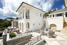 Облицовка фасада белого цвета в средиземноморском стиле