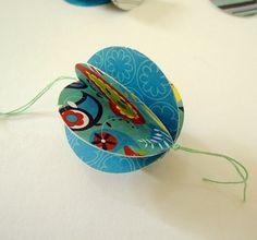 DIY paper balls from Sol Da Eira: Bolas de papel. Tutorial in English and Portuguese.
