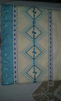Toalha de banho bordada com fita.