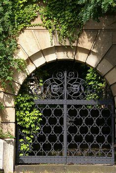 ˚Ingelheim, schmiedeeisernes Portal in der Bahnhofstrasse (wrought iron gate) - DE