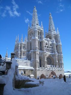 Burgos under snow Amazing Architecture, Art And Architecture, Architecture Details, Beautiful World, Beautiful Images, Barcelona Spain, Wonderful Places, Barcelona Cathedral, Scenery