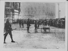 British army officers at the Easter Rising Rebellions, D'Olier Street, Dublin, Ireland, Ireland 1916, Dublin Ireland, Old Pictures, Old Photos, Republican News, Dublin Street, Easter Rising, Dublin Castle, Ireland Homes