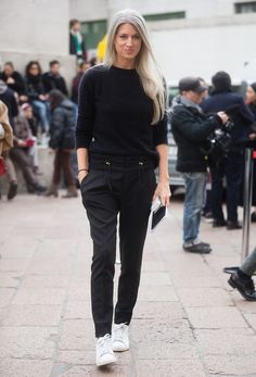 Menswear-inspired pieces plus sneakers is a winning combination for busy days (Sarah Harris) Sarah Harris, Tomboy Stil, Estilo Tomboy, Sneakers To Work, How To Wear Sneakers, White Sneakers, Black Sneakers Outfit, Sneakers Style, Sneakers Women