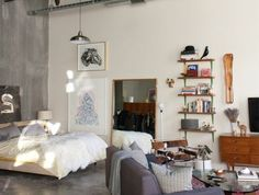 studio-sol-en-beton-cire-et-mur-en-beton-gris-tapis-rouge-meubles-de-salon-se-meubler-pas-cher