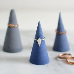 Learn how to color cement and how to make these super easy ring holders. (in German)