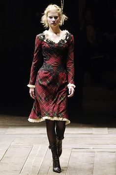 Alexander McQueen Fall 2006 RTW - Runway Photos - Fashion Week - Runway, Fashion Shows and Collections - Vogue