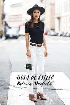 O estilo da fashionista italiana Patricia Manfield: maquiagem leve e look neutro. Calça branca, ankle boot marrom, blusa e chapeu preto.