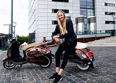 Viva la #Vespa am Rhein mit Kumpan electric 📰 Unsere Chefredakteurin Carolin ist sich sicher: Auf einem #eRoller erlebt man die Welt als einen besseren und vor allem leiseren Ort. Das Erstaunliche: Manche sehen diesen Vorteil nicht. Ein spannendes Portrait mit Kumpan zum Thema #eMobilität! 🔋🛵 // #stadt #stadtleben #roller #urbanliving #emissionsfrei #zeroemission #lifestyle #köln #rhein #portrait #elektro #elektromobilität #etecmag