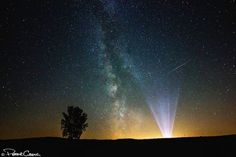 Light beams and the Milky Way. Credit: Peter Greig