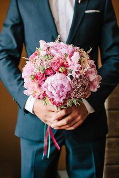 """Свадебный букет с розовыми пионами. Организация свадеб студия """"Свадебная Церемония""""  #свадьба #свадебныйбукет #свадебнаяцеремония #флористика #пионы #цветы #свадебнаяфлористика #букетневесты #wedding #weddingbouquet #weddingday #flowers"""