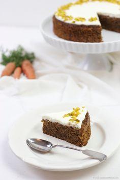 Ein Stück saftige Karottentorte mit Frischkäsefrosting nach einem Rezept von Sweets and Lifestyle