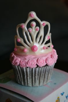 tiara cupcake - probably white chocolate drawn on wax paper laid over something curved (like a tray for drying flower petals maybe) and add some pearl dust