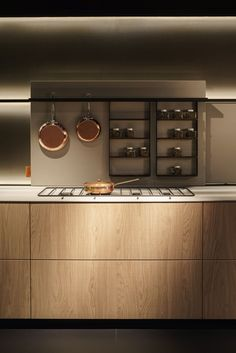 Moderated warm colours in the kitchen with fronts with organic surfaces underlines the future trend to weight the close.