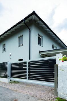 DER KLASSISCHE ZAUN - NUR HORIZONTAL Auch als Sichtschutzzaun erhältlich! Den Trend der waagrechten Zaunlattung setzt NOUVEAU konsequent fort. Preiswert und pflegeleicht. Aluminium, Chakra, Garage Doors, Home And Garden, Outdoor Decor, Design, Home Decor, Split Rail Fence, Fence Ideas