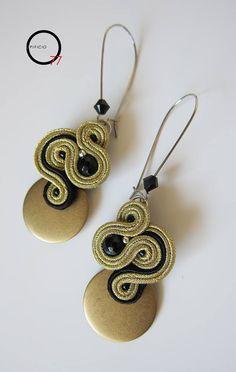 Ispirati al Sole di questo fine ottobre ..orecchini soutache in lamè, perle in onice nera e cerchio dorato in resina. Design Giada Zampar -Opificio77-