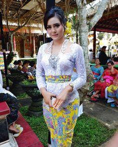 Suksma semeton sami sampun nyarengin 🙏🏻🙏🏻🙏🏻 Sexy Asian Girls, Beautiful Asian Girls, Beautiful Women, Bali Girls, Engagement Dresses, Curvy Women Fashion, Women's Fashion, Tight Dresses, Traditional Dresses