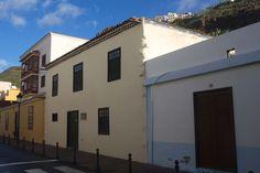 La ubicación de la casa de Colon debió coincidir en su momento con los límites del pueblo, Destaca de entre el conjunto de casas que posee la Villa, pertenecientes al siglo XVII, por el tratamiento más rústico y su sencillez.