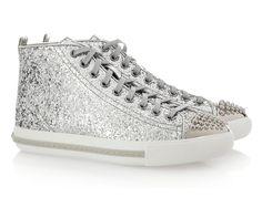 Inspiración sporty: los sneakers más chic para un look urbano Tenis de glitter plateado con cap toe, de Miu Miu.