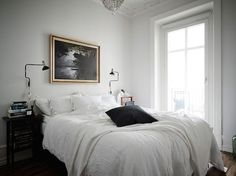 Art and lighting in the bedroom of an elegant Swedish space. Entrance / Jonas Berg / Stil & Rum.