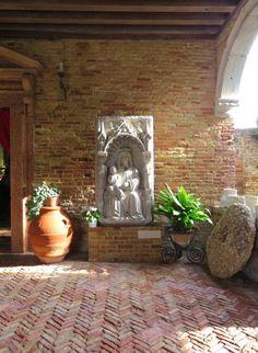 Sulla soglia, mattoni riarsi dal sale e giochi di luce tra pietre antiche, chiesa di Santa Caterina d'Alessandria