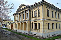 Этот особняк, выстроенный в классическом стиле, находится на Нижнетагильской улице. Да простят меня жители Нижнего Тагила, улица мне не понравилась. Старинная, она выглядит очень неухоженной. Дом, …