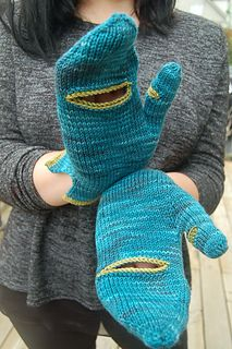 Barely pattern by Lynne Sosnowski For in-between seasons, when it's merely a little bit chilly, when you barely need an extra layer on, but you begrudging. Knitted Mittens Pattern, Fingerless Gloves Knitted, Crochet Mittens, Crochet Gloves, Knit Or Crochet, Knitted Hats, Crochet Granny, Loom Knitting, Free Knitting
